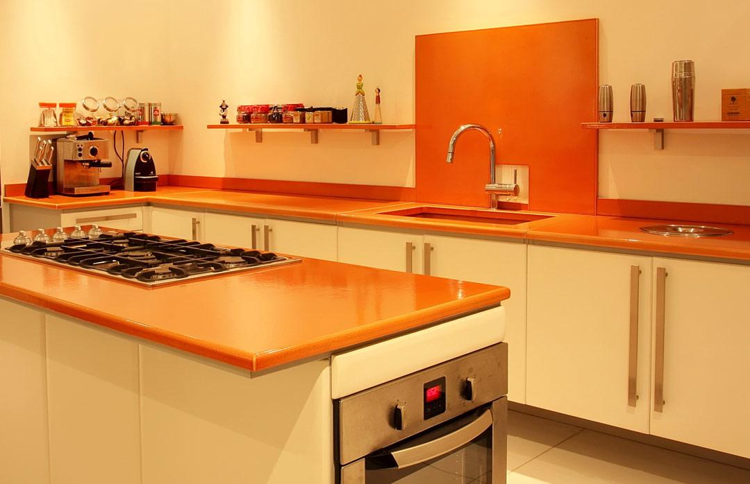 Cuisines en pierre de lave maill e couleur lave - Cuisine en orange ...