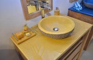 salle-de-bain-jaune-emaillee-pierre de-lave-bois-couleur-lave