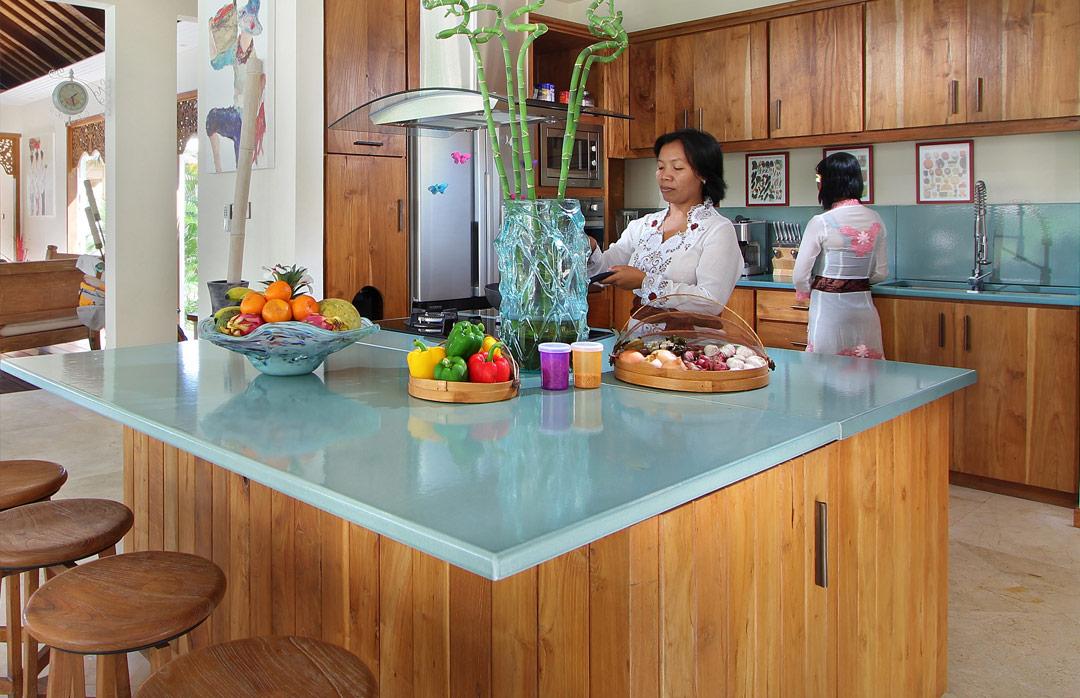 cuisine-bleu-et-bois-pierre-de-lave-emaillee-couleur-lave