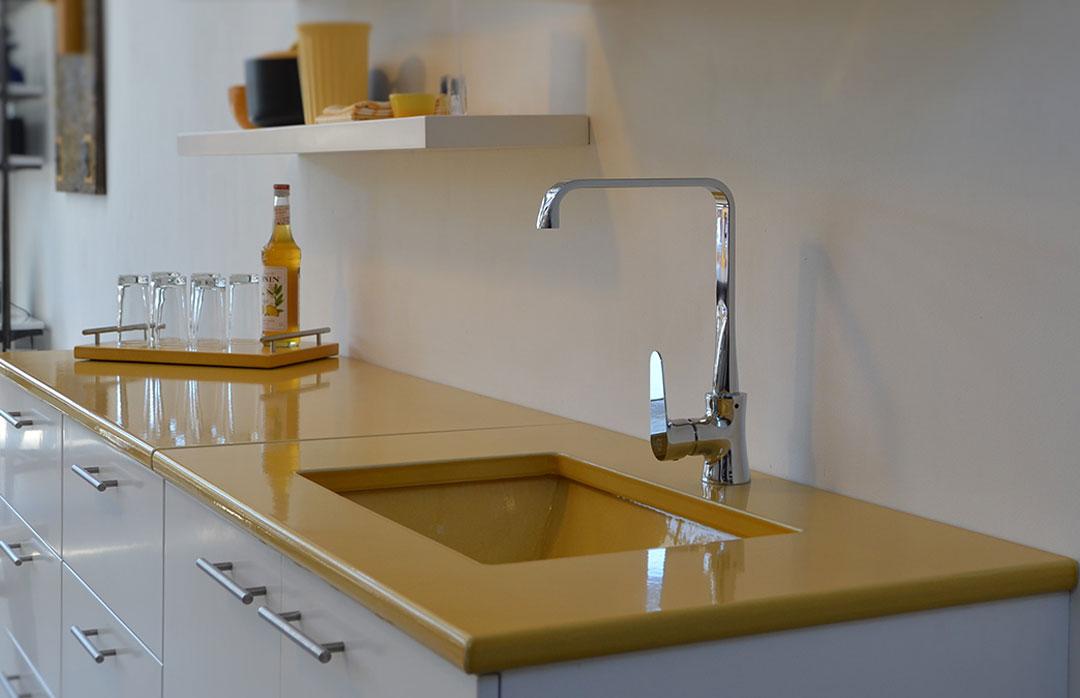 cuisine-jaune-pierre-de-lave-émaillée-blanche-couleur-lave