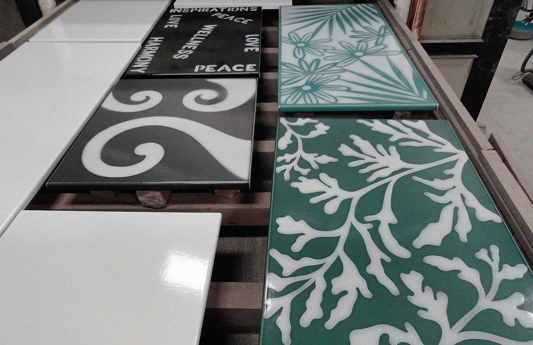fabrication-sortie-four-plan-motifs-couleur-lave-pierre-de-lave-émaillée