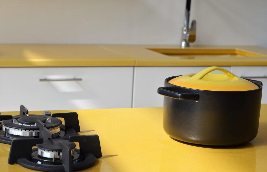 plan-de-cuisine-pierre-de-lave-jaune-couleur-lave