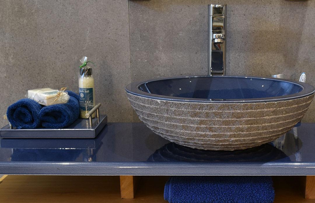salles-de-bain-pierre-de-lave-bleu