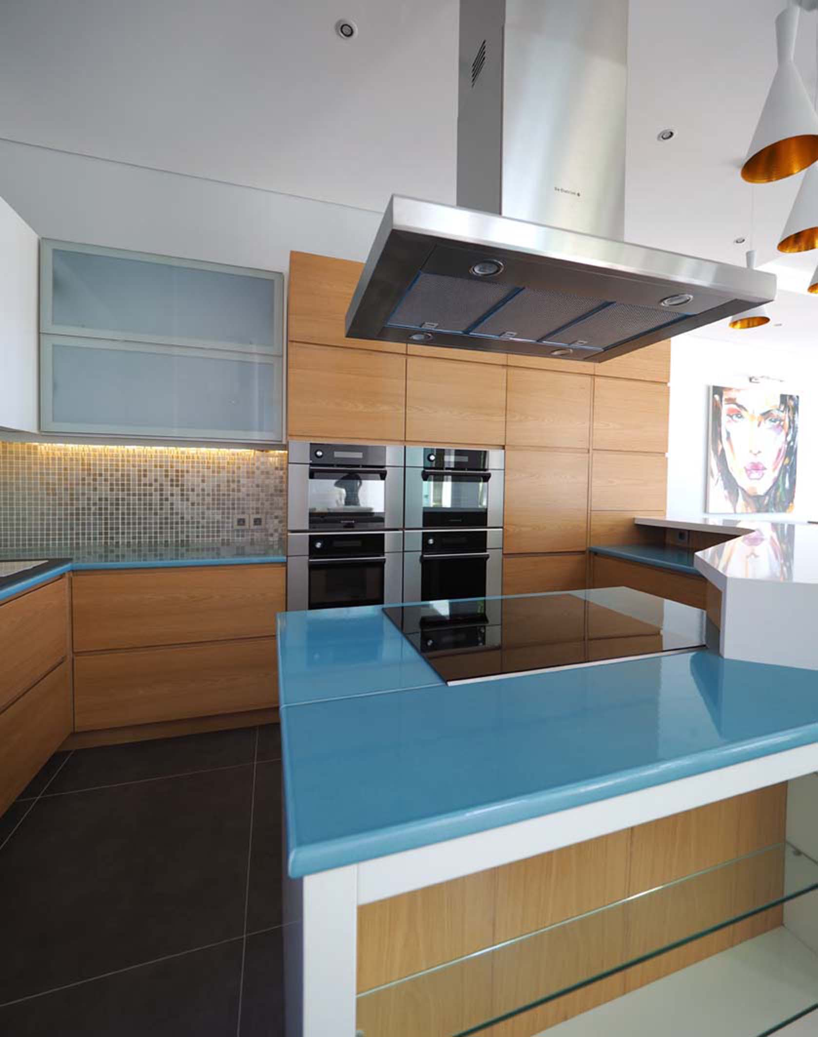 Blue-white-teak-nature-couleur-lave-volcan-Kitchen-cuisine-sur-mesure-modern-émaille-céramique-France-Luxe-design