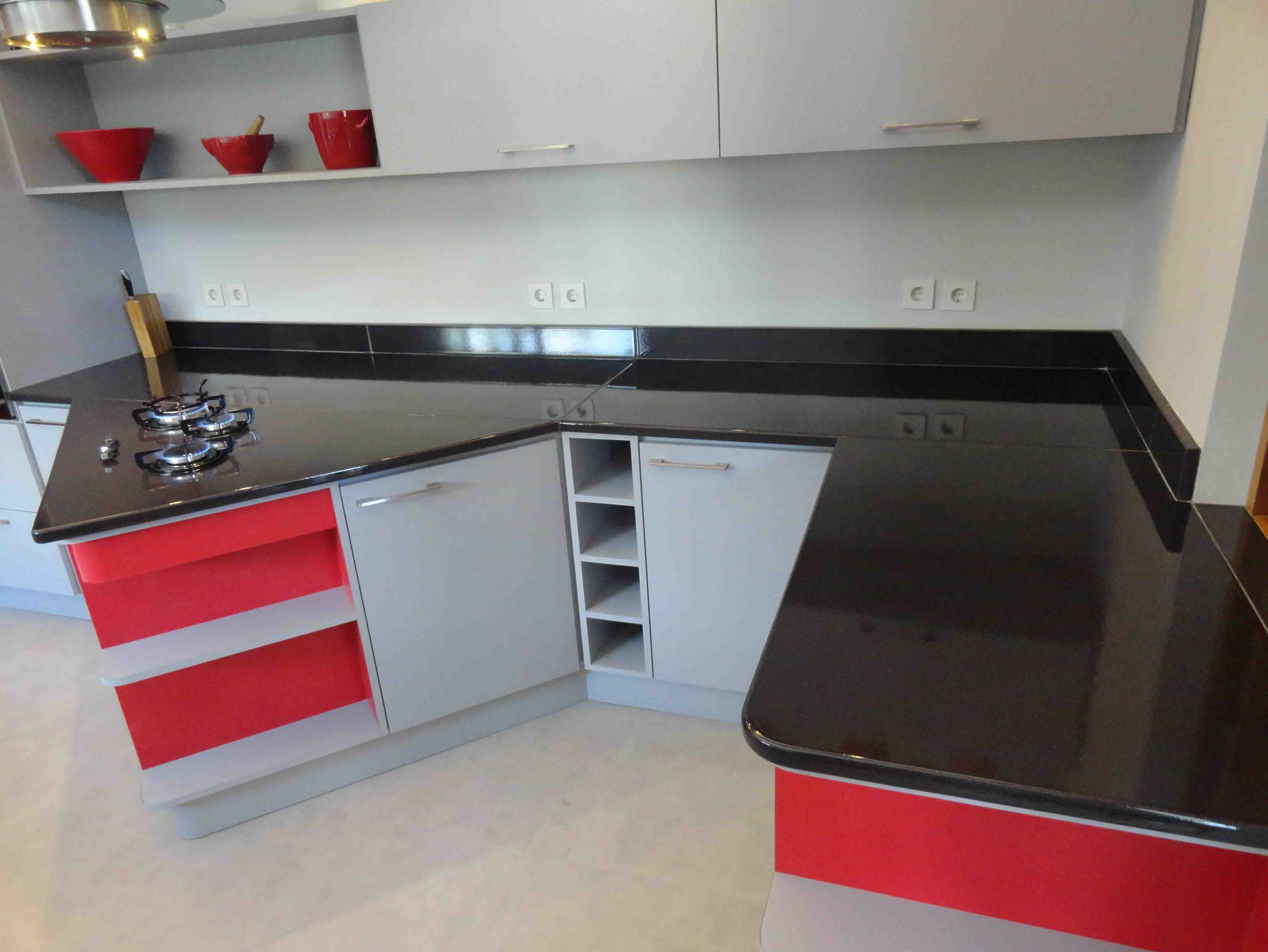 Cuisine-noir-rouge-contemporaine-couleur-lave-volcan-Kitchen-cuisine-sur-mesure-modern-émaille-céramique-France-Luxe-design