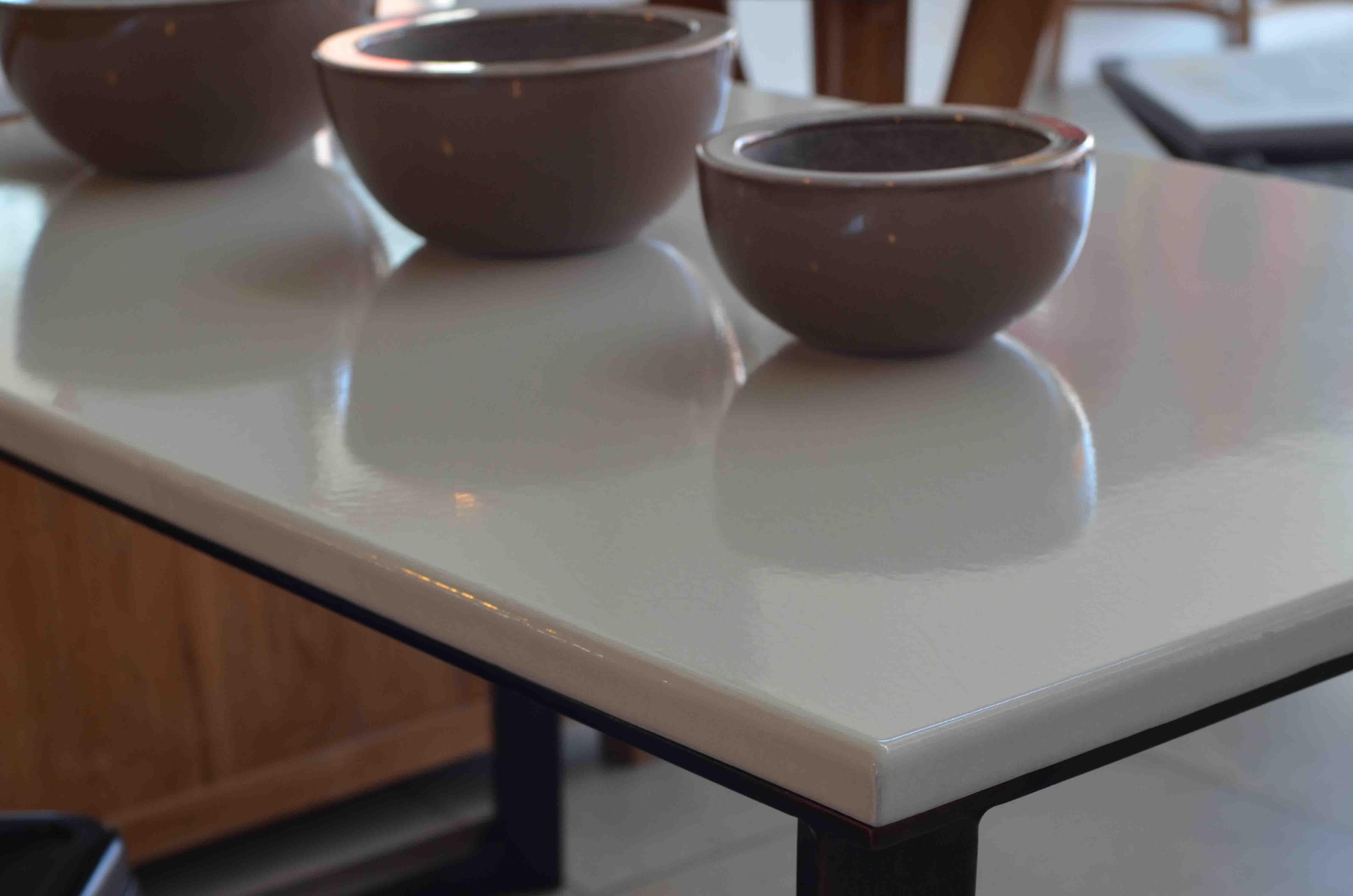 Décoration et table en pierre de lave émaillée